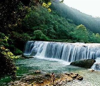 杉林绵延不断,无涯无际,几树攀... 多依河宛如轮船犁开的一道洁白银...