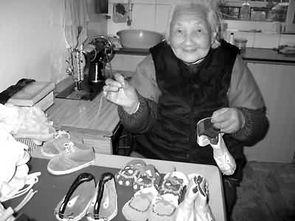 图为汪金娥老太太正在做鞋.( ) -九旬老太新春忙生意