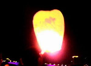 逐渐增大的空气浮力便把它托了起来,当感到灯笼有上升之势时,即慢...