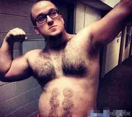 男子胸毛比基尼大赛引关注 想法实在奇葩