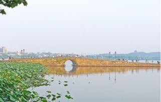 浙江杭州西湖断桥是许仙和白娘子初次邂逅之地-网评光棍节要去的11...