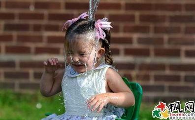 英国三岁女孩斯嘉丽 冰桶挑战 走红网络