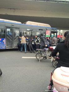 啊 停 啊轻点h文公车-郑州路人合力推公交救被压伤者
