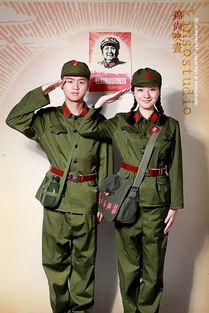 ...和刘晓洁拍摄的婚纱照也是军旅形式的,两人甚至举办了军人婚礼,...