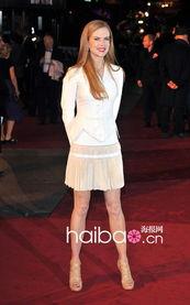 三级大白p-) 则以迷你   短裙   和白色   外套   《Nine一直以来备受期待,首映当...