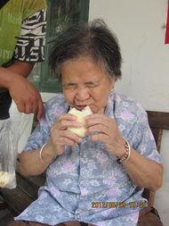 ...然老板看到一位阿姨干完活,在院子里休息,果断在车里拿出一袋包...