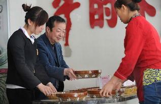 ...耀刚(左二)与饭店服务员一起搞卫生.新华社-千万负翁 王耀刚的...