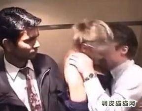 监控拍下电梯情侣 电梯监控拍下男女视频 男子电梯内强吻年轻女子 2