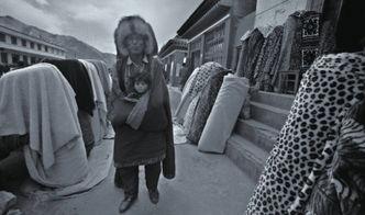 获一个国际摄影界知名奖项.灰白黑为基调,满足了人们对这个狭长地...