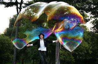 最起源-...最大肥皂泡.(来源:中国网)-英国男子吹出世界最大肥皂泡 体积...