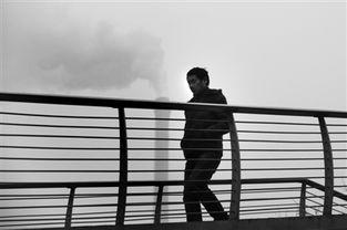 污一点的网名男生-...,大望路,一名男子行走在雾霾中,远处一根烟囱正在排烟.北京...