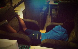 偷玩睡觉帅哥-困,趴在桌子上睡着了.阿真就小心翼翼翻开对方口袋,看到里面有一...