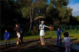 9月8日,平壤的一个迷你高尔夫球场,孩子们正在练习打高尔夫球.-...