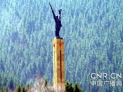 24米的碑身为三角立柱体,象征红军三大主力紧密团结,坚不可摧....