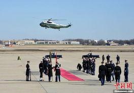 美国仪仗队在华盛顿安德鲁斯空军基地整装迎接.-中国女青年献花迎...