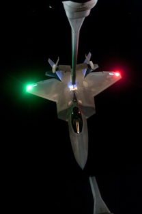 米奇第四327米色第四色-2战斗机正在接受一架   加油机的空中加油   2006年夏,F-22参加了美...