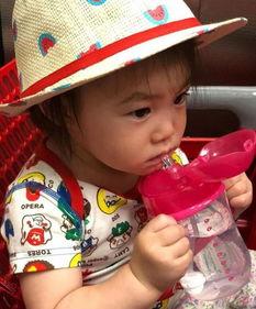 晒娃狂魔陈冠希晒出一张女儿Alaia戴着西瓜帽喝水的照片,狂夸女儿可...