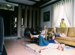 我的妻子、孩子和工程师出身的父母在家看电视.别墅开发初期,因...