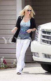 ...越多的女星喜爱穿白色裤装.-夏季 好莱坞女星穿啥上街最显瘦