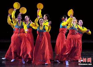 朝鲜 国宝级 艺术团赴新疆演出 演唱中国经典红歌