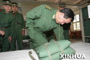...兵为战士示范打背包的技巧(2005年10月23日摄).    摄 -用左手向...