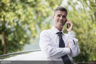 打电话开车的帅哥男士高清图片