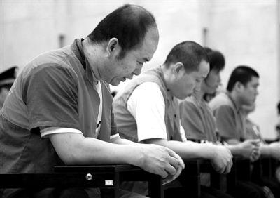 自愿被宰杀吃肉的许明梯小说-...日,海淀法院,屠宰、销售病死猪的吕江永(左一)等被告人在被告...