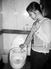 ... 坐便不方便,女性上厕所要 扎马步