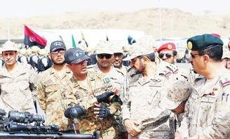 巴基斯坦军人向沙特军人作讲解-巴基斯坦军官训练沙特陆空军 包办阿...