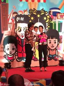 2015工口动漫网-...宴现场被气球、卡通萌画等装饰,夫妻俩更穿着印有全家卡通头像...