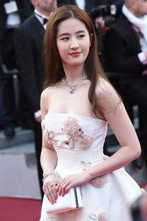 ...间5月11日在法国戛纳举行,图为刘亦菲亮相红毯,低胸白裙露雪乳...