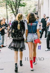 红蓝av-2017春夏时装周秀场外街拍裙装Look   说完蓝+黑,蓝白红也是一个大...