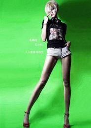 浅色单宁热裤、黑色摇滚风格T恤,就是最时髦的rock精灵-长腿美女穿...