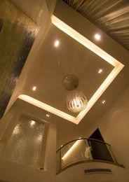 楼梯间隔墙全部打通,背景墙的造型简洁大气.   简约之家最怕一片苍...