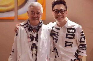 58岁赵本山近照 满头白发 穿着时尚