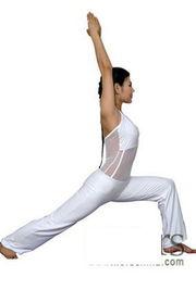 做一个大跨步的动作,重心放在前脚掌,让背部力量帮助你向后舒展身...