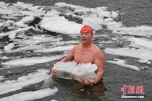 ...可能觉得还不够凉爽,特意抱了一大块冰. 中新社记者   摄 -冰水中...