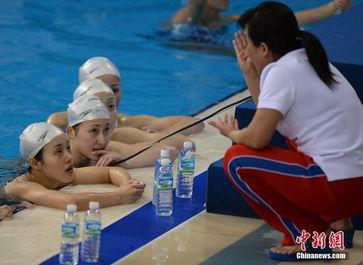 朝鲜花游队备战 泳装美女惹日本教练关注
