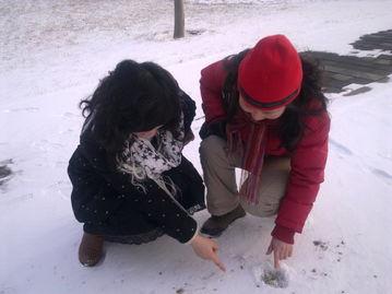 """女孩赤脚泥坑里踩泥-两个萍姐姐说:这雪的下面,草儿返青了,棵棵有""""绿萼"""".   脚印游..."""