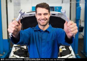 拿着扳手的男汽车修理工