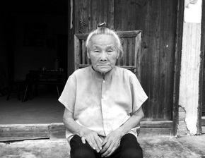 初见褚林凤老人,满头银发,一身浅蓝色短褂,清瘦而精神,正坐在...