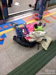熊孩子 广州地铁内玩防狼喷雾 致踩踏
