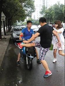 ...,上午9时许,北京朝阳区望花路发生连环车祸.一男子驾车撞上出...