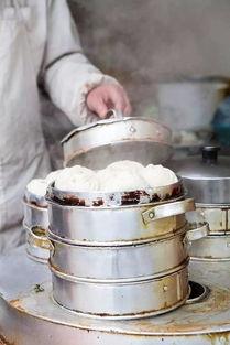 招牌龙眼包子在肉里加入了蘑菇丁提鲜,肉味在蘑菇的衬托下鲜上加鲜...