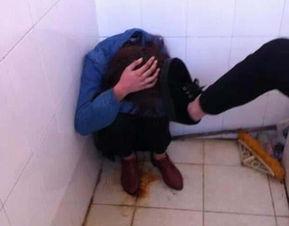 殴打现场的照片显示,被打的女孩蹲在地上被人用脚踹.-15岁女生疑...