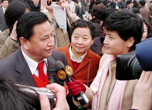 香港凤凰卫视记者吴小莉在采访人大代表-周报 首WEB