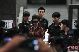 ...李某某等人涉嫌强奸案在北京海淀法院开庭.李某某母亲梦鸽现身...