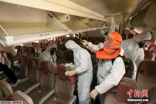 ...韩国,MERS病毒蔓延,韩国对公共交通工具进行消毒.-韩中东呼吸...