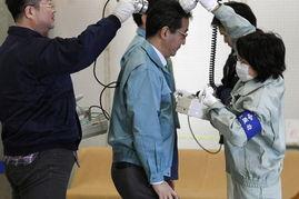 污一点的网名男生-...县的郡山,一名男子正在接受辐射污染检测.-日本震后一个月 核辐...
