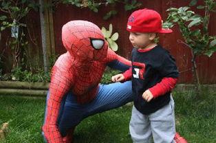 父亲扮蜘蛛侠为绝症儿子庆生